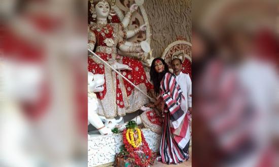 সিঁদুর রঙে সেজে উঠলেন অভিনেত্রী ঋতুপর্ণা সেনগুপ্ত