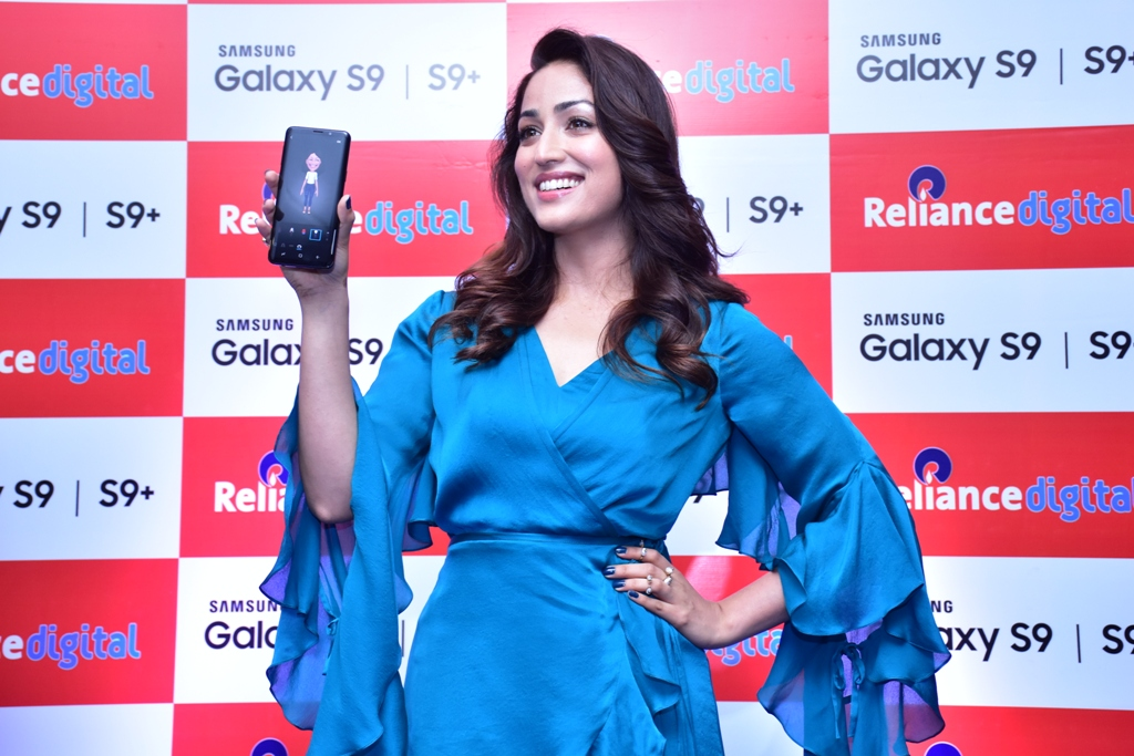 Bollywood Actress Yami Gautam Hands over Latest Flagships to Pre-booked Customers
