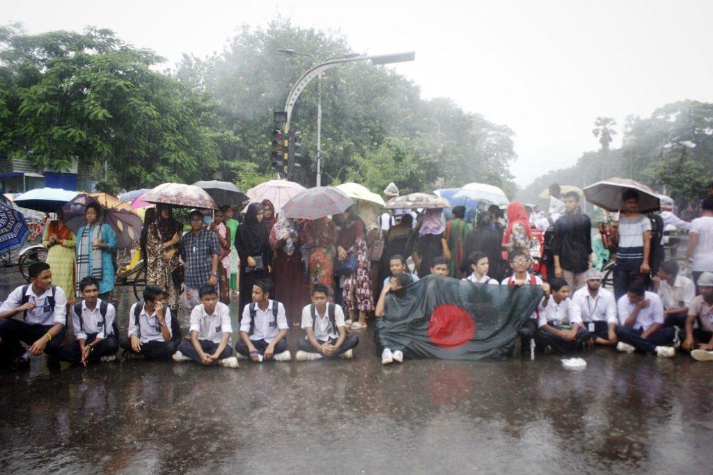 দুই পড়ুয়ার মৃত্যুতে শিক্ষার্থীদের আন্দোলনে এখনও অশান্ত বাংলাদেশ