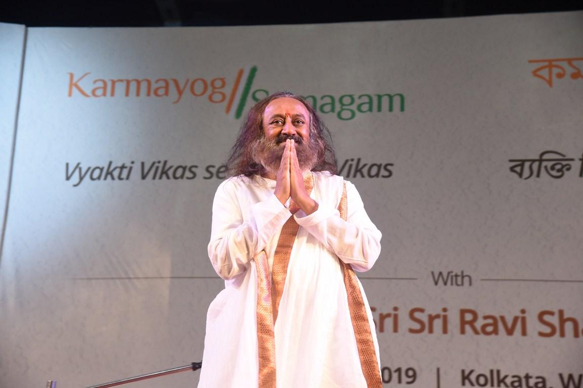 Sri Sri Ravi Shankar Ji announces 'Vyakti Vikas se Rashtra Vikas' at Netaji Indoor Stadium, Kolkata