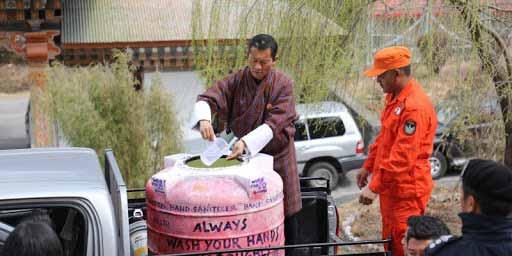 থিম্পুর রাস্তায় নেমে হ্যান্ড স্যানিটাইজার বিলি করছেন প্রধানমন্ত্রী লোটে শেরিং