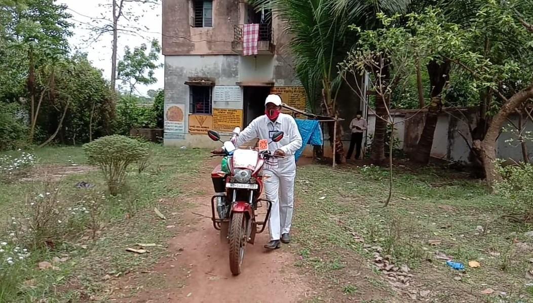 বাইকে চড়ে করোনা সচেতনতার বার্তা দিচ্ছেন কেশপুরের 'মশাল'