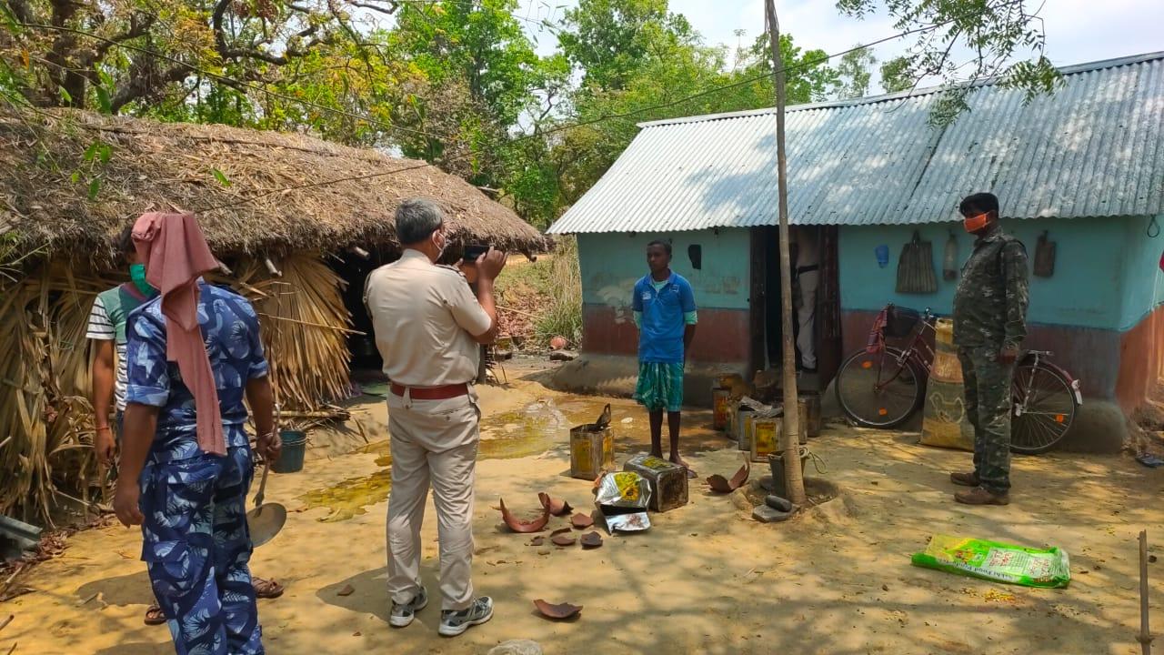 চোলাই মদের ঠেক ভাঙলেন বীরভূমের রামপুরহাট থানার পুলিশ