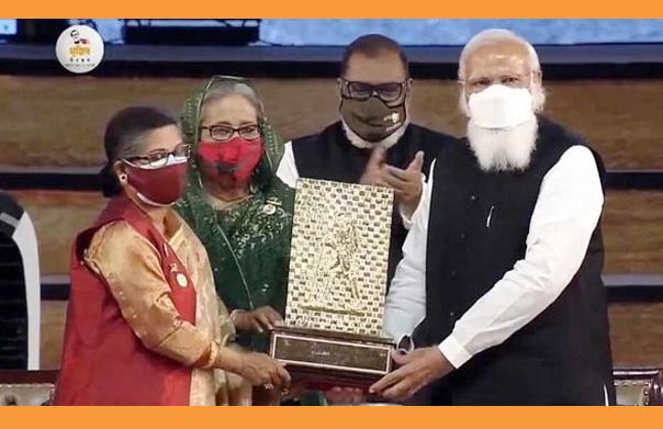 মুজিব কন্যাকে গান্ধী শান্তি পুরস্কার তুলে দিলেন প্রধানমন্ত্রী নরেন্দ্র মোদী